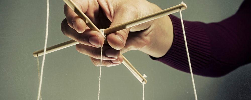 Man met touwtjes in zijn handen