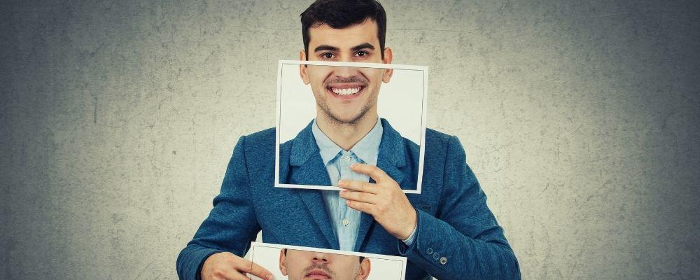 Man die een papier voor zijn gezicht houdt en zich voordoet als een ander