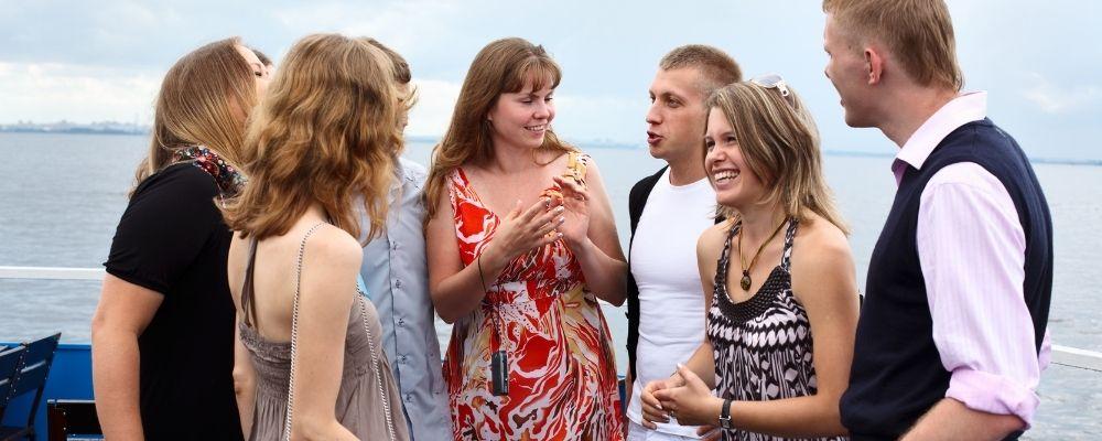 Mensen die elkaar ontmoeten en samen praten