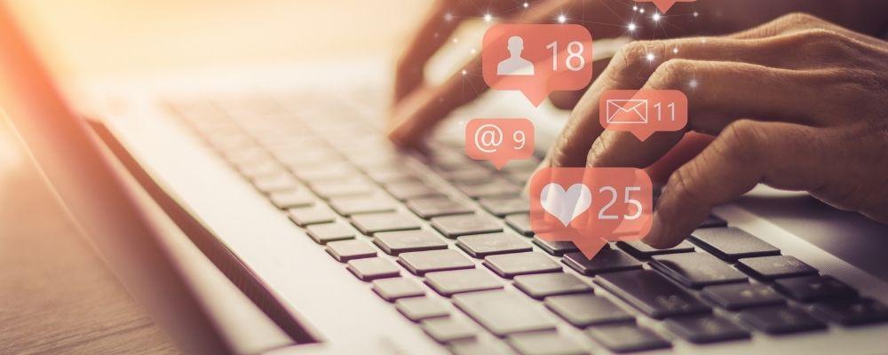 Narcist typt op laptop op sociale media