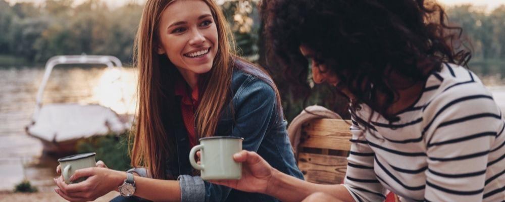 Twee meiden die samen praten met koffie