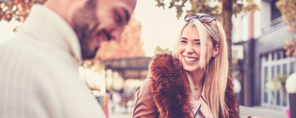 Vrouw lachend tegenover man