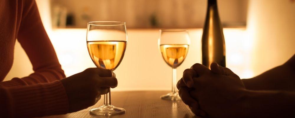 Twee mensen op date en drinken een glas wijn