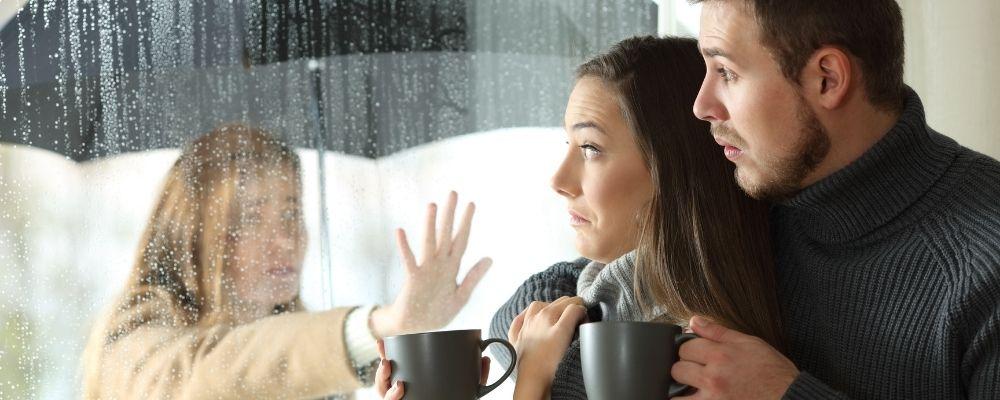 Ex-vrouw staart naar haar ex-man en zijn nieuwe vrouw